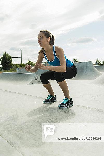 Junge Frau beim Training im Skatepark