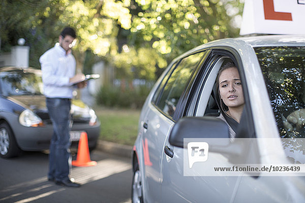 Teenagerin bei der Führerscheinprüfung