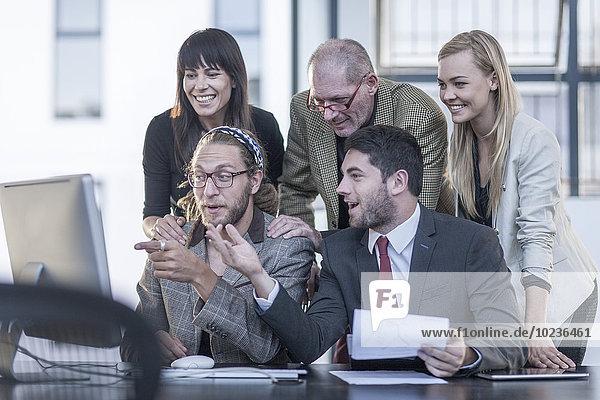 Geschäftsleute mit Besprechung im Konferenzraum