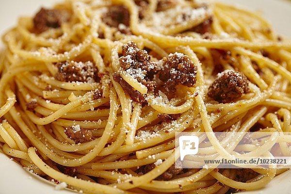 Spaghetti mit Hackfleischsauce und Parmesan (Close Up)