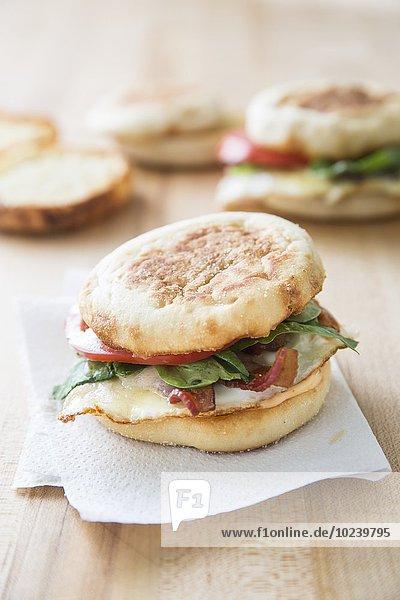 English Muffin mit Speck  Ei und Käse zum Frühstück