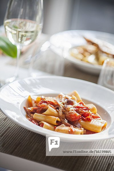 Pasta all'amatriciana (Nudeln mit Tomaten  Speck  Pecorino und Chili  Italien)