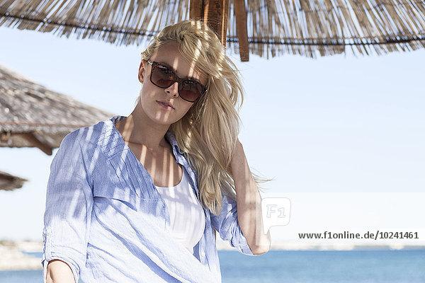angelehnt junge Frau junge Frauen Sonnenschirm Schirm Sonnenbrille