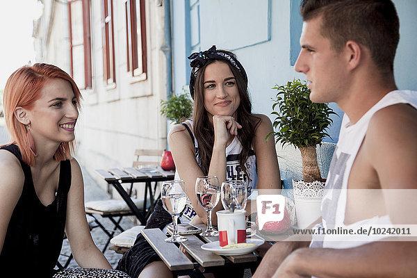 Außenaufnahme Mensch Menschen Restaurant jung freie Natur