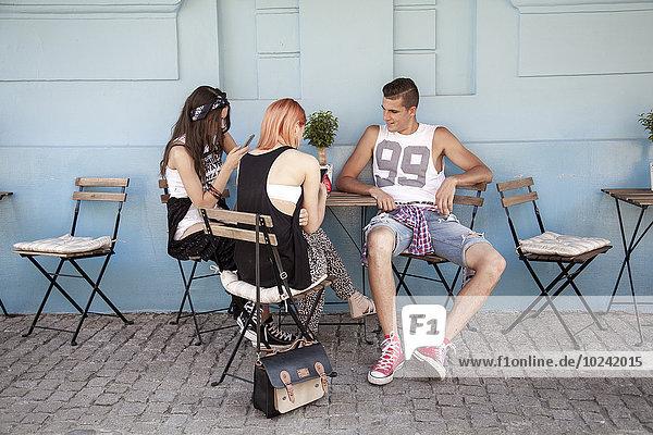 Außenaufnahme Mensch Lifestyle Menschen Restaurant jung Mode Hippie freie Natur