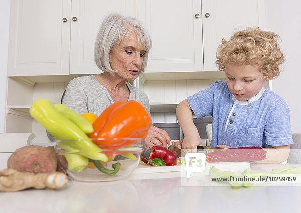 Großmutter mit Enkelkind in der Küche