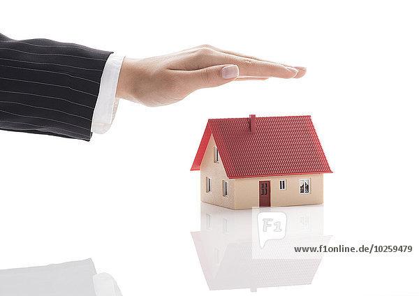 Schützende Hand über Modellhaus