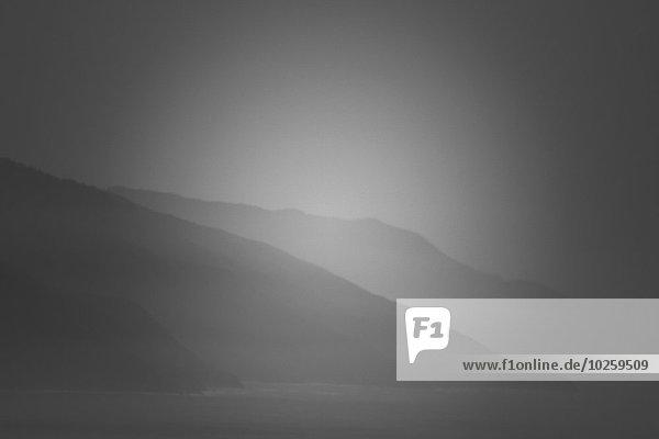 Panoramablick auf die Berge auf dem Seeweg gegen den Himmel
