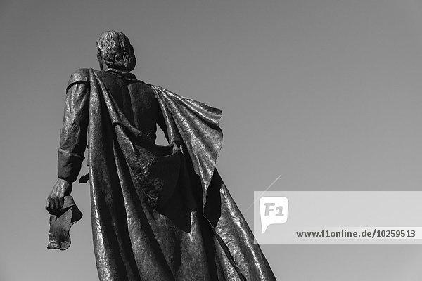 Tiefblick auf Christopher Columbus-Statue gegen den klaren Himmel