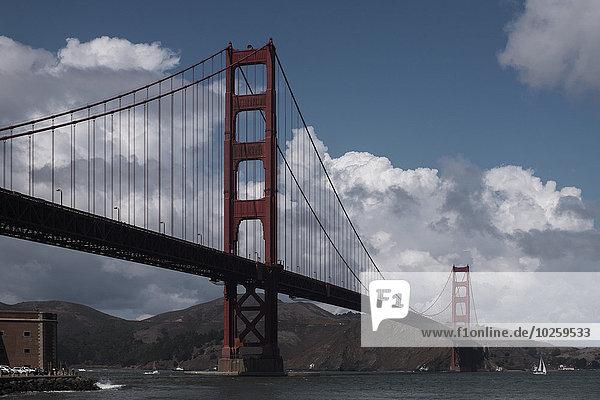 Tiefblick auf die Golden Gate Bridge über den Fluss bei bewölktem Himmel