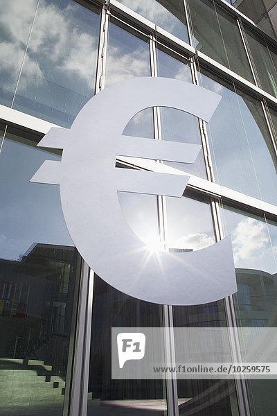 Niederwinkelansicht des Eurosymbols außerhalb des Bürogebäudes
