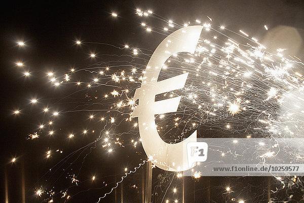 Eurosymbol mit Feuerwerk bei Nacht