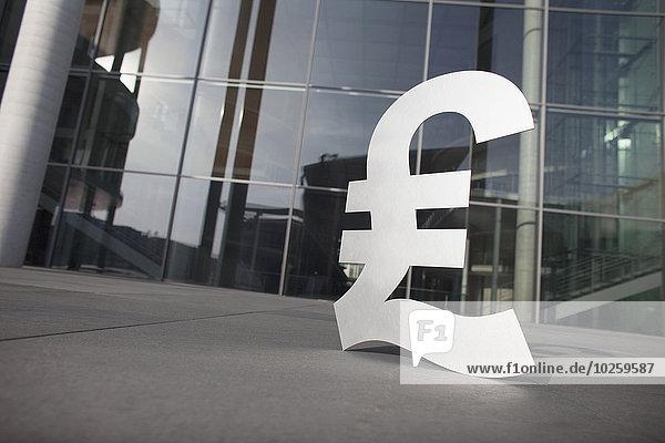 Pfund-Symbol außerhalb des Bürogebäudes
