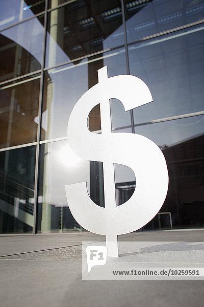Dollarzeichen vor dem Bürogebäude