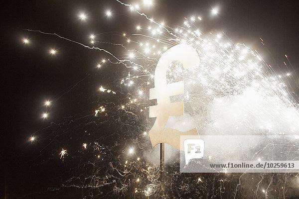 Pfundsymbol mit Feuerwerk bei Nacht