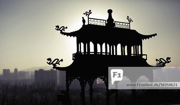 Silhouettenstruktur im Kloster Ta'er bei Sonnenuntergang  Xining  Provinz Qinghai  China