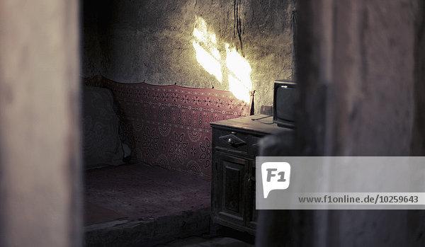 Sonnenlicht fällt auf die Wand im alten Raum  Provinz Xinjiang  China