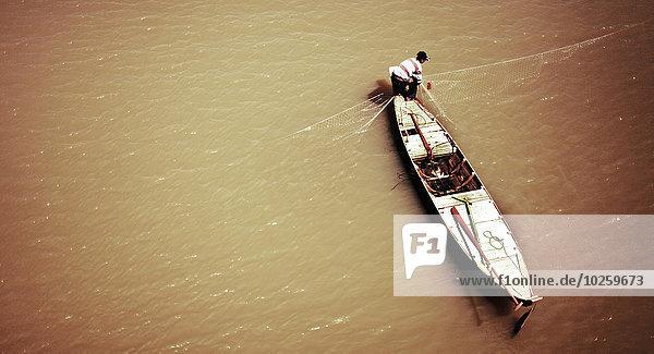 Hochwinkelansicht des Menschen beim Fischen am Mekong  Kambodscha