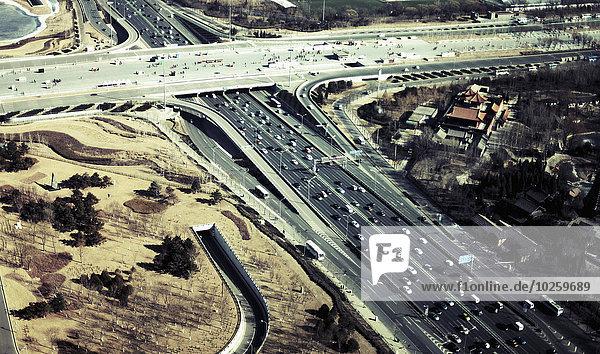 Luftbild des Verkehrs auf Autobahnen in der Stadt  Peking  China