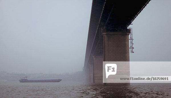 Flachwinkelansicht der Brücke über den Fluss gegen den klaren Himmel  Wuhan  China
