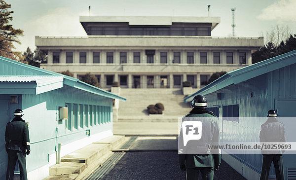 Rückansicht der Soldaten in der koreanischen entmilitarisierten Zone  Südkorea