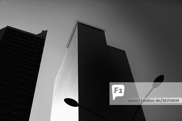 Flachwinkelansicht des Bürogebäudes gegen den Himmel  Seoul  Südkorea