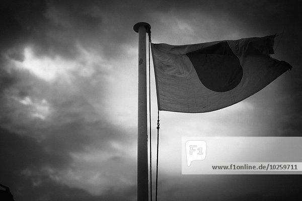 Blick auf die japanische Flagge gegen bewölkten Himmel