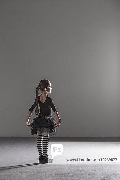 Durchgehende Rückansicht des Mädchens im Ballettkostüm im Atelier