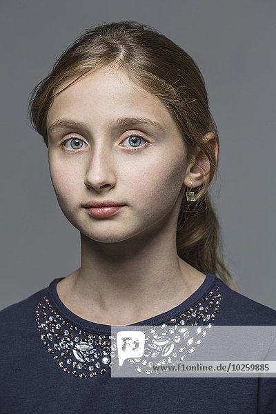 Portrait des Mädchens über grauem Hintergrund