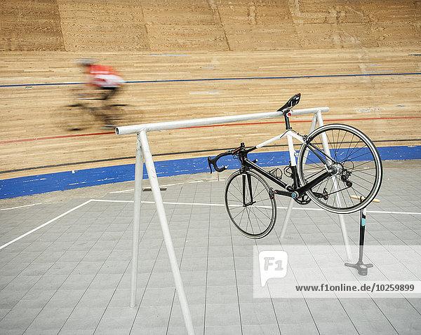 Fahrradhalterung an der Sportbahn