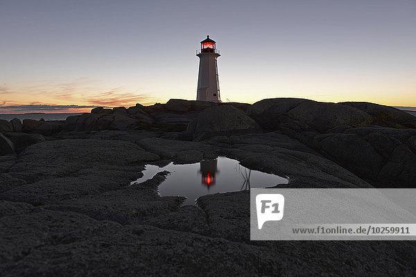 Leuchtturm auf Felslandschaft gegen den Himmel