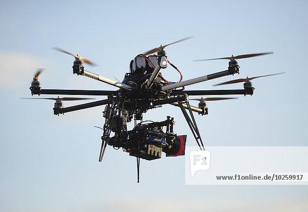 Drohne mit Kamera gegen den Himmel