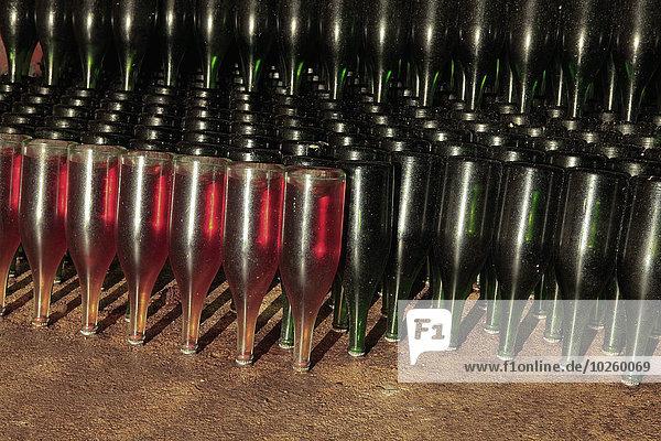 Upside down Champagnerflaschen in der Höhle