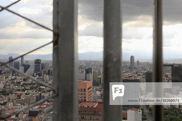 Stadtbild durch das Fenster gegen den bewölkten Himmel gesehen