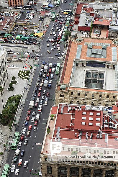 Hochwinkelansicht der Stadtstraße und der Gebäude