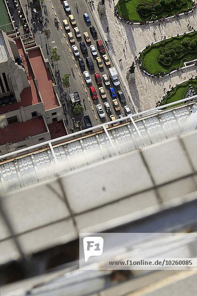 Hochwinkelansicht der Fahrzeuge auf der Stadtstraße