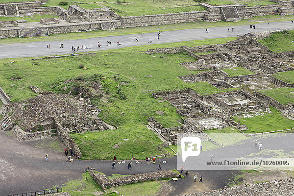 Hochwinkelansicht der Besucher von Teotithuacan