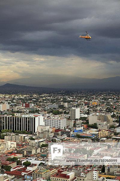 Hochwinkelansicht des Stadtbildes bei bewölktem Himmel