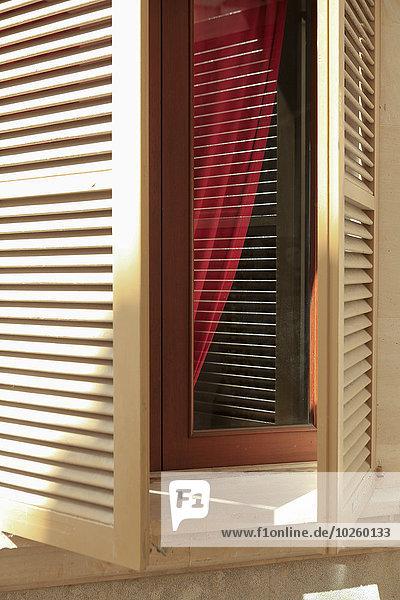 Nahaufnahme des geöffneten Fensters zu Hause