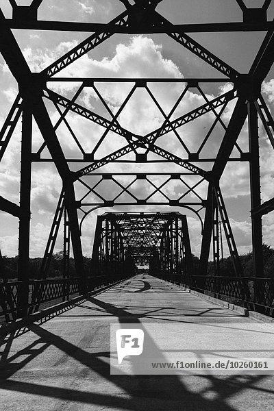 Scherenschnittbrücke gegen bewölkten Himmel