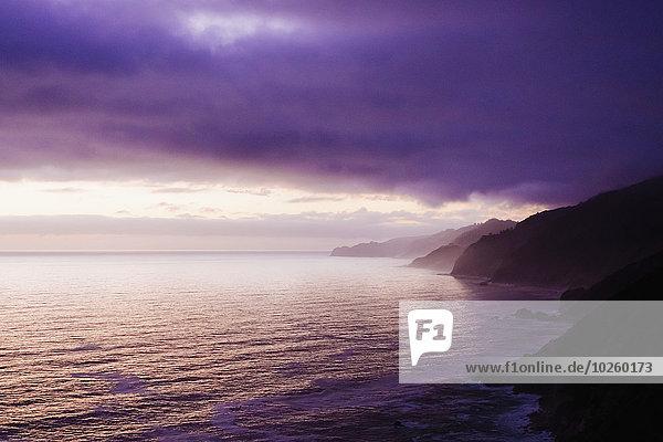 Panoramablick auf das Meer bei bewölktem Himmel in der Dämmerung