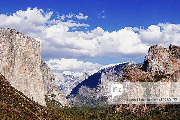 Felsformationen im Yosemite Nationalpark gegen bewölkten Himmel