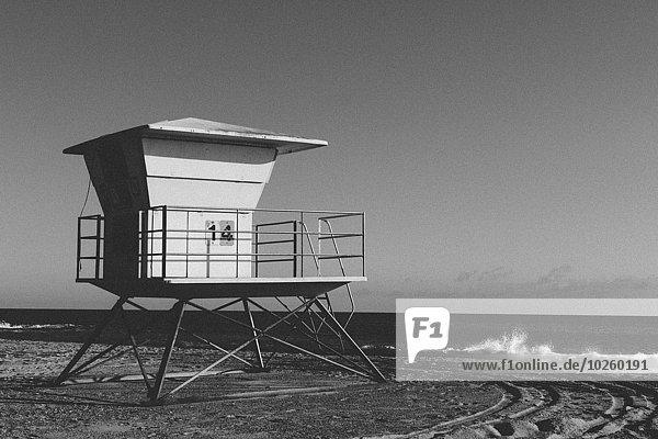 Rettungsschwimmerhütte am Strand gegen klaren Himmel