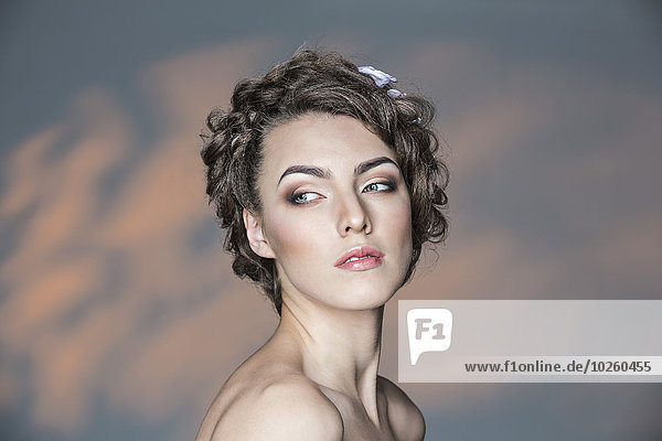 Schöne junge Frau schaut weg