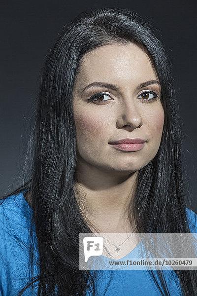 Nahaufnahme der schönen Frau vor grauem Hintergrund