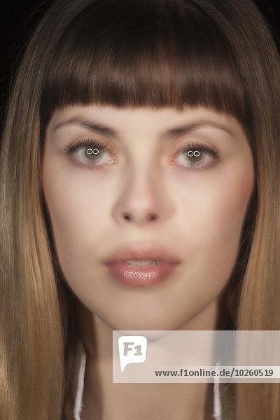 Verschwommenes Bild der schönen jungen Frau
