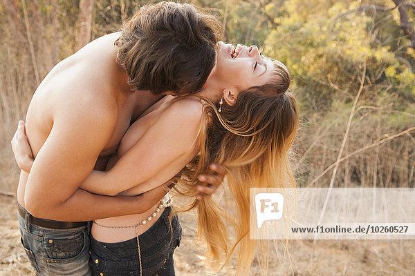 Glückliches intimes Paar  das sich in der Natur umarmt