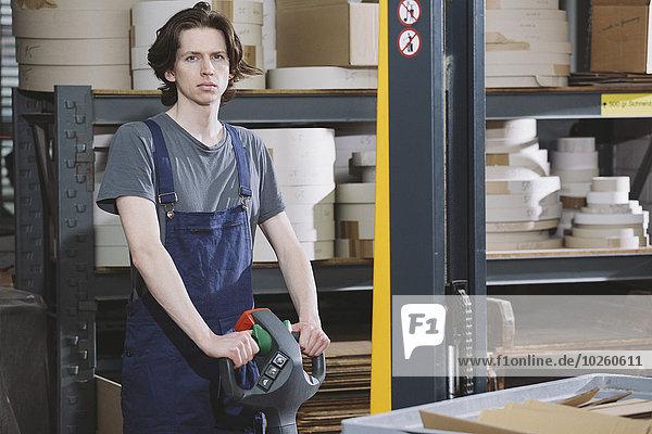 Porträt eines jungen Mannes  der im Lager arbeitet