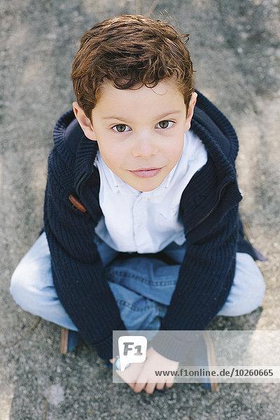 Hochwinkel-Porträt eines Jungen auf der Straße