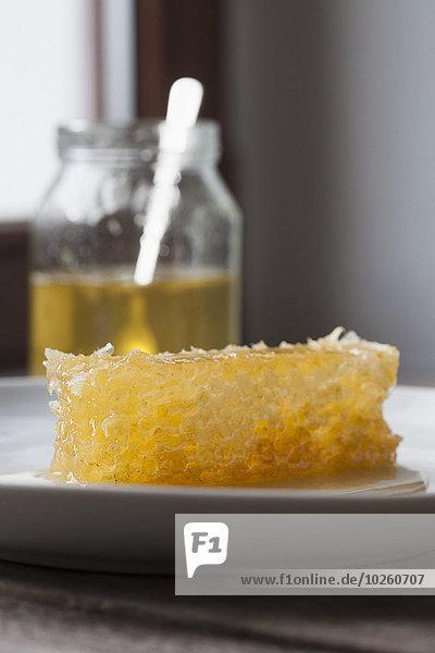 Wabe im Teller im Glas auf dem Tisch zu Hause